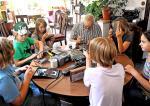 Kleine Tüftler: Peter Schade-Didschies half Kindern im Vollbütteler Kinomuseum als Ferienaktion, ein Radio zu bauen.